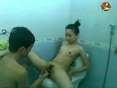 หลุดพี่ชายแอบเย็ดเปิดซิงน้องสาว พาเข้าห้องน้ำ เชียรูหีเบ็ดให้ ลงลิ้นแล้วเสียบควยเข้ารู หนูเสียวหีเย็ดเข้ามาเลย