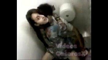 คลิปแอบถ่ายหนุ่มสาวดูFifty shade of greyเสร็จย่อเย็ดหีในห้องน้ำโดนยามปีนส้วมขึ้นมาถ่ายนักศึกษาเอากับแฟน