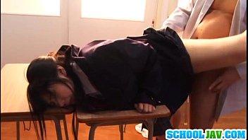 ขืนใจนักเรียนJapanese18+คาชุดถอดกางเกงในเอาขาพาดโต๊ะเสียบเย็ดรัวๆไม่เลียเลยท่านน้องเจ็บหีแตกในแย่