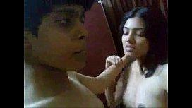 คลิปโป๊วัยรุ่นอินเดียจัดกันพาแฟนเข้าบ้านถึงกับต้องเย็ดจูบนัว นางดูไม่เป็นงานเอาซะเลยน้ำหีก็แตกยากจนยอมแตกในหีก่อน