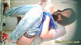 แอบถ่ายห้องน้ำหญิง น้องบิ้วนางแบบเที่ยวจีนเจอSpy camถ่ายหีตอนฉี่ โหนกหีขาวจั้วเช็ดหีนางอย่างสะอาด