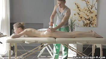 Pornนวดแล้วนาบ มหอนวดหื่นรู้จุดเสียว เห็นนักเรียนละอ่อนชะโลมทาทั่ว แอบลูบร่องหีจนอยากเย็ดด้วยมันร้ายหวะ