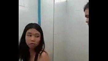 porn ลุงแอบเย็ดหีลานสาวในห้องน้ำ เพื่อนยืนถ่ายรอเด้าหีต่อ เสียบจึกแรกครางเสียวเหมือนหมา สงสัยควยใหญ่ควยฟิตเกิน
