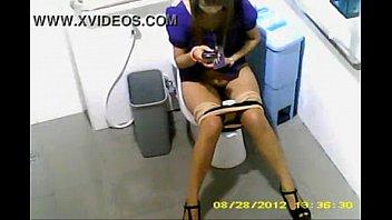 คริปโป๊แอบถ่ายนักศึกษาฝึคงานแบ็งค์ สีม่วง นั่งฉี่ในห้องน้ำ ยามโรคจิต ซ่อนกล้องถ่ายหี ขนดกๆ