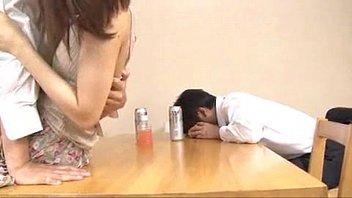 ผัวเมาหลับ เพื่อนผัวจับปล้ำซั่มหีคาโต๊ะกินข้าว กลัวผัวตื่นต้องวางยาเพิ่มมั้ย เสียบควยเด้าท่าหมาที่โต๊ะJapan onlineเป็นเมียเพื่อนก็เหมือนเมียเรา
