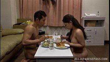 โอเนะซัง Mako Oda ดาวหนังโป้ญี่ปุ่นนั่งกินข้าวแบบแก้ผ้าก่อนโดนจัดxหี นมใหญ่อวบอึ๋มทีเด็ดดาวAVหาเต็มๆไม่ได้ เอาสั้นๆซอยหีเสียวๆไป