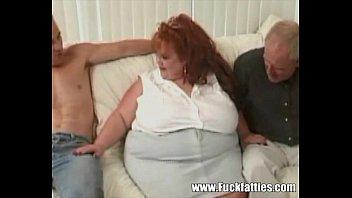 pornเย็ดหีสาวอ้วน สวิงกิ้งโดยคนแก่หงอกขาวสองควย เย็ดเก่งจริงลุง ผมนี่คารวะเลย เอากันมันส์ควย