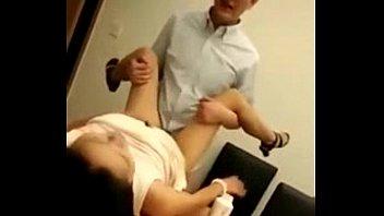sexxxxxต่อคิวเย็ดหีเพื่อนสาวที่อ้อฟฟิศ มอมเหล้าจับเสียบควย กระแทกขึ้นเขียงเครมคาโต๊ะ