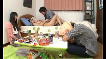 หนังโป๊ญี่ปุ่นใหม่ แอบเย็ดกับเพื่อนผัวเมาหลับคาที่พาขึ้นเตียงขย่ำนมแล้วเย็ดไม่เหลือ สาวแว่นน่ารักยั่วควยมาก