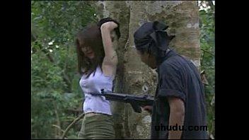 หนังRไทยโบราณภาพเก่าไม่เซ็นเซอร์ โจรเข้าป่ามาเจอสาวแก้ผ้าอาบน้ำ ลากมาเย็ดที่กระท่อมซะเลย