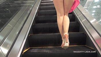 หนังโป๊เทรนใหม่ให้นางเอกไม่ไส่กางเกงในซูฒเข้าโหนกหี ก้มลองรองเท้าในห้าง หีเต็มหน้ากล้องxxxไครเค้าจะไม่มอง หีฟรีขนาดนี้