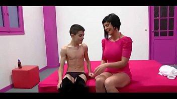 HD XNXX เด็กชายคนนี้โคตรดวงดีได้เปิดซิงควยนวดน้ำมันแนวนวดกระปู๋โดยสาวใหญ่นมใหญ่เอาจนควยตั้งแข็ง โดนเด็กหนุ่มกระแทกหีเน้นๆ